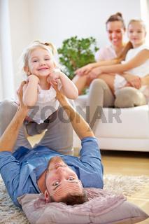 Vater und Tochter spielen zu Hause