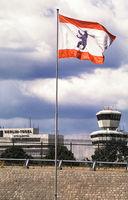 Berlin, Deutschland, Flagge mit Berliner Wappenbild weht am Flughafen Berlin-Tegel