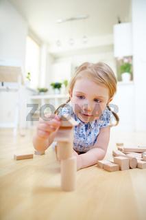 Mädchen baut Turm mit Bausteinen