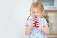 Blondes Mädchen isst roten Apfel