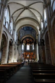 Innenansicht der romanischen Basilika St. Aposteln