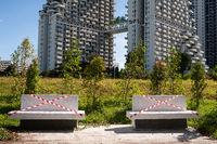 Singapur, Republik Singapur, Abgesperrte Sitzbaenke waehrend Coronakrise (Covid-19) vor Wohnhochhaus