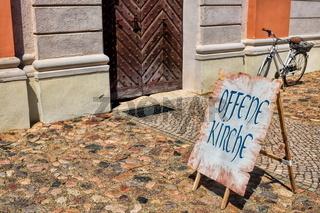 kyritz, deutschland - 03.06.2020 - schild mit schrift offene kirche
