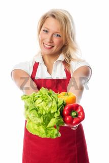 hausfrau präsentiert frisches gemüse und salat