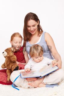 Mutter liest den Kindern vor