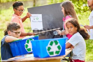 Kinder Gruppe in einer Altglas Recycling Aktion