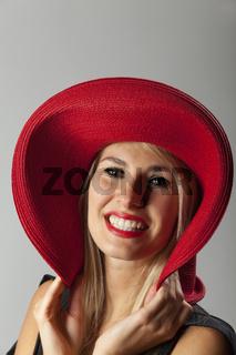 Lächelnde Frau mit Hut