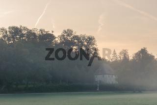 Gartenhaus von Goethe in Weimar im Park an der Ilm am Morgen im Herbst mit Nebel