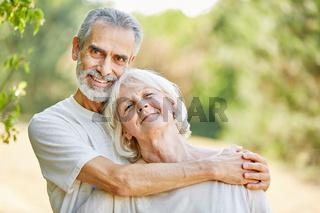 Glückliche Senioren in Liebe im Sommer