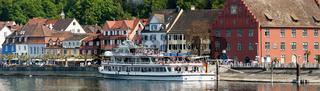 Stadt Meersburg mit Ausflugsschiff an der Promenade