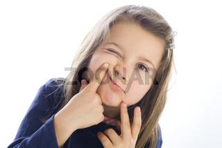 sechsjähriges Mädchen schneidet Fratzen (mr)