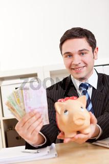 Manager mit Geldscheinen und Sparschwein