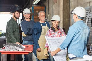 Arbeiter Team im Betrieb bei Planung der Produktion