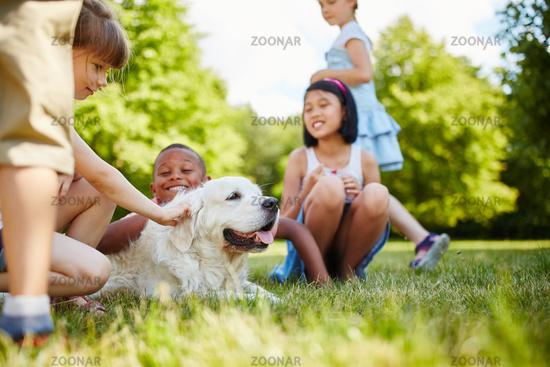 Kinder streicheln Golden Retriever Hund