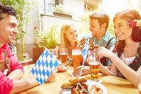 Freunde haben Spaß im Biergarten in Bayern