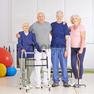 Gruppe Senioren gemeinsam bei der Physiotherapie