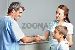 Handschlag beim Arzt