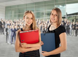 Zwei junge Mitarbeiterinnen