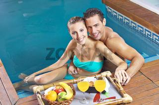 Paar mit Obst im Pool vom Hotel