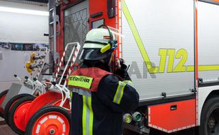 Feuerwehrmann bei der Einsatzbesprechung
