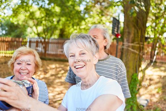 Fröhliche Senioren haben Spaß beim Boule