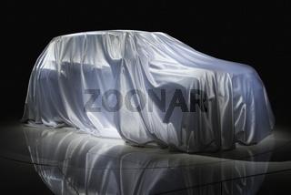 Auto ist mit einem Tuch abgedeckt