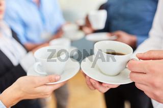 Geschäftsleute in einer Pause beim Kaffee trinken
