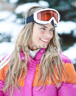 Lächelnde Frau als Skifahrer im Winter