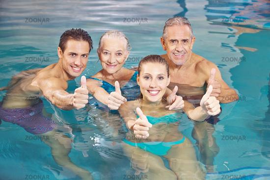 Gruppe beim Aquafitness hält Daumen hoch