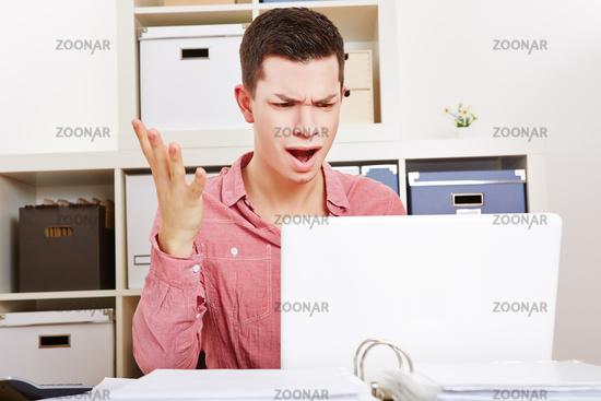 Wütender Mann schreit am Computer