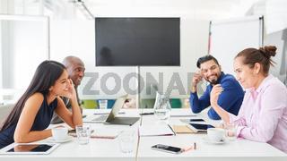 Business Team in einem Meeting bei Strategie Diskussion