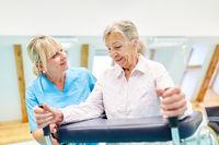 Seniorin mit Rollator in Altenpflege bei Pflegehilfe