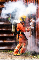 Firefighter rescue child from burning building