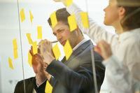 Business Team schreibt Notizen beim Brainstorming