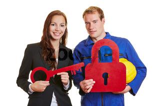Geschäftsfrau und Handwerker mit Schloss und Schlüssel