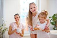 Familie mit Kuchen und Kindern zu Hause