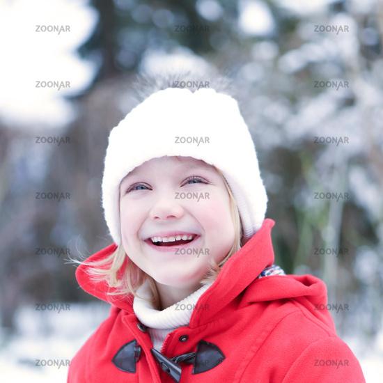 Lachendes Kind im Winter
