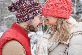 Verliebtes Paar im Winter im Urlaub