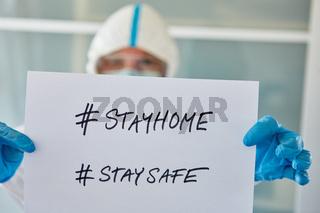 #stayhome #staysafe Botschaft gehalten von Mitarbeiter einer Klinik