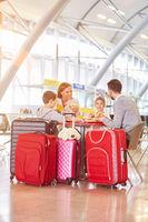 Familie isst Sandwich im Flughafen Restaurant