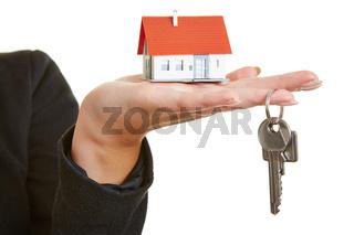 Hand mit Haus und Schlüssel