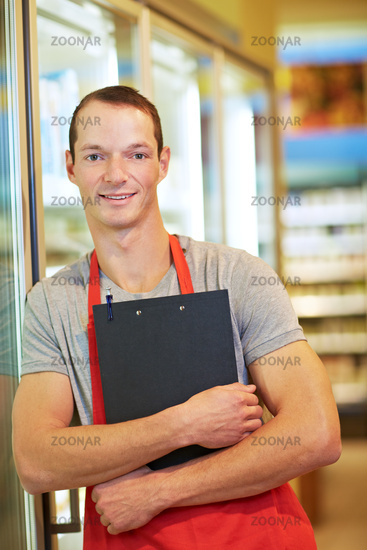 Einzelhandelskaufmann im Supermarkt