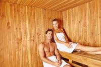 Junges Paar in Sauna vom Hotel