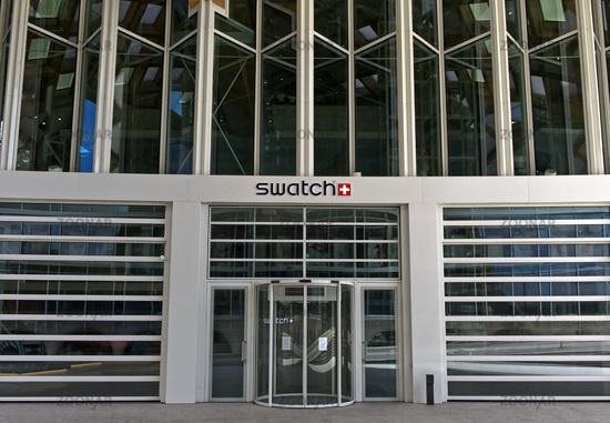 Eingang zum Hauptsitz des Schweizer Uhrenfabrikanten Swatch