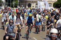 Hundreds of cyclists on a bike ride