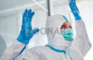 Mediziner auf Intensivstation hebt Hände hoch vor Überlastung