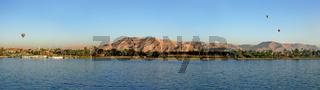 Des Fluss Nil bei Luxor mit Heissluftballons