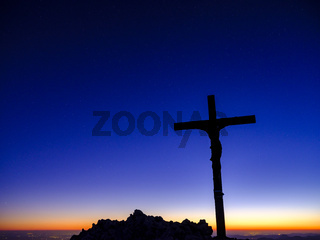 Gipfelkreuz des Berchtesgadener Hochthron bei Morgendämmerung