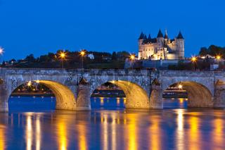 Schloß Saumur mit Brücke über die Loire bei Nacht