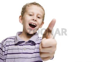 Junge zeigt Daumen hoch mit Spaß